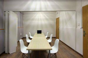 Sala para mantener reuniones con clientes bien equipada