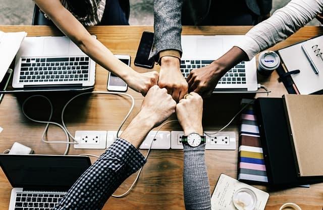 Una comunitat de coworkers que treballa en un ambient profesional
